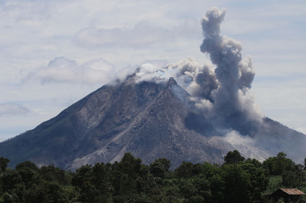 Indonesias Mount Sinabung continues eruption