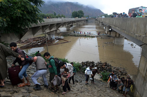 Kashmir floods: Search on for missing soldiers