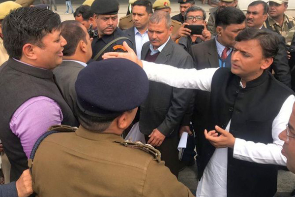 Akhilesh stopped at airport, SP workers clash with police