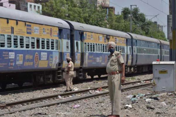 Migrants loot snacks at Old Delhi railway station