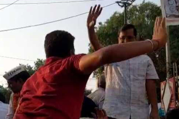Kejriwal attacked during road show in Delhi