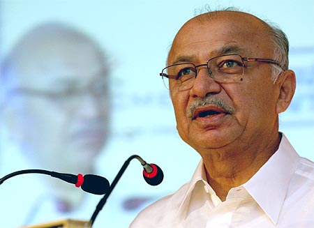 Cong likely to replace Chavan as Maharashtra CM, opt for Shinde