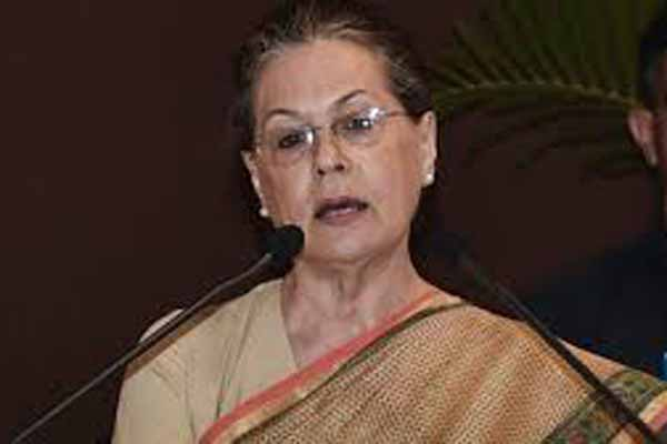 Sonia praises Rahul for valiant campaign, fearless leadership