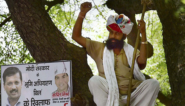 Uproar over farmers suicide, police accuse AAP of hindering rescue