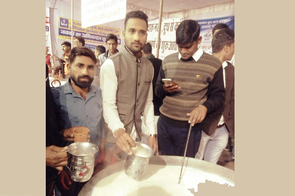 Free milk distributed on Jaipur streets on New Year-eve