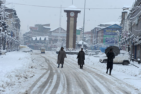 Cold wave continues in Kashmir Valley, Ladakh