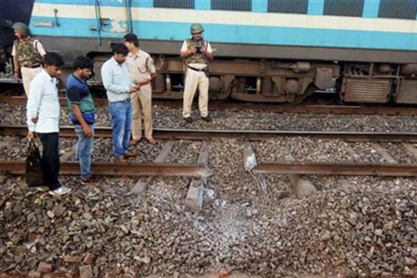 Maoists blow up railway tracks in Jharkhand
