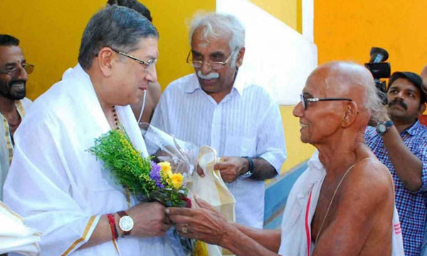 Underfire N Srinivasan prays in Padmanabhaswamy temple