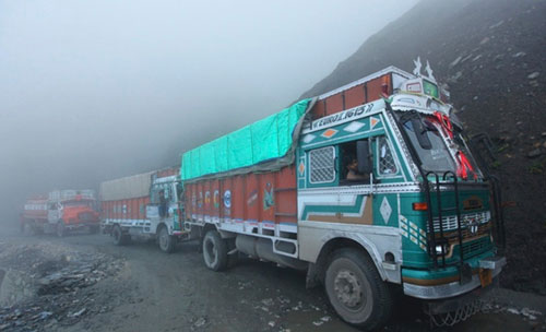 1,500 trucks stuck on way to Kashmir