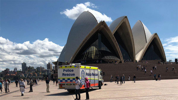 Activists scale Sydney Opera House over refugee protest