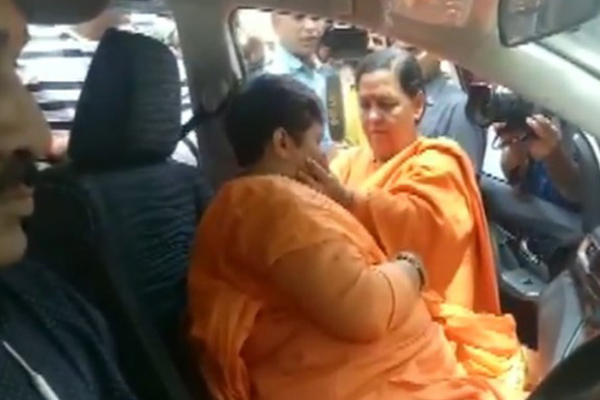 Uma Bharti-Pragya Thakur meeting turns emotional