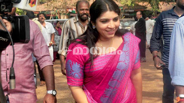 Saritha produces evidence before judicial commission