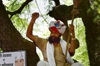 AAP offers Rs.10 lakh to kin of deceased farmer